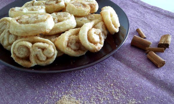 Rotolini di pasta sfoglia con zucchero e cannella