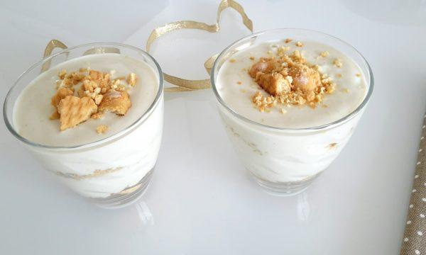 Bicchieri di crema al pistacchio e biscotti