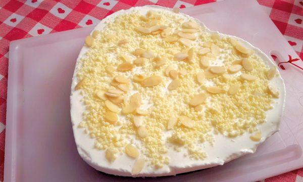 Torta fredda allo yogurt con cioccolato bianco e mandorle