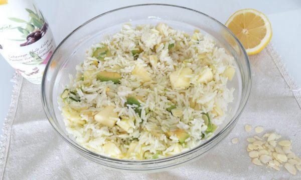 Insalata di riso basmati con avocado, mela e mandorle