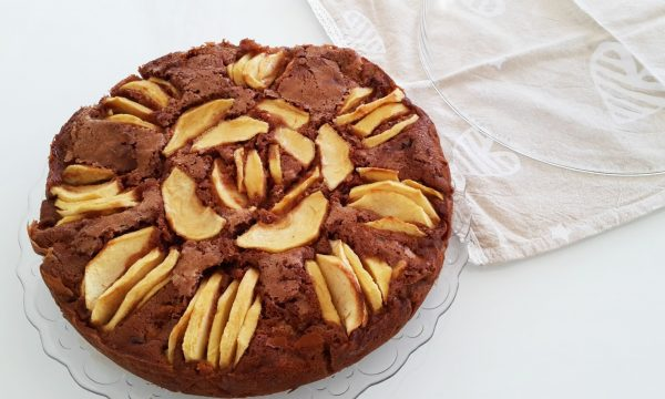 Torta golosa mele e cacao con cioccolato fondente e bianco