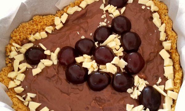 Torta con crema al cacao, cioccolato bianco e ciliegie