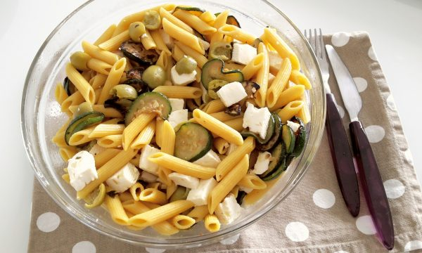 Insalata di pasta integrale allo zafferano con zucchine e formaggio