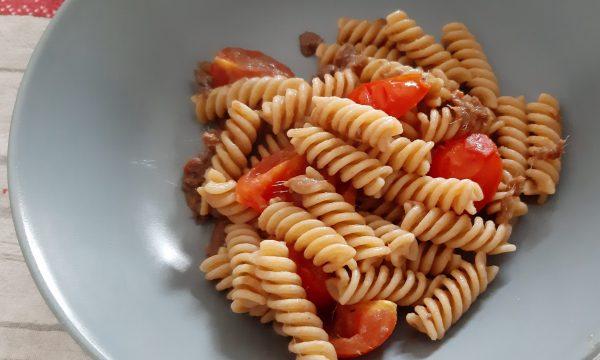 Pasta con acciughe e pomodorini