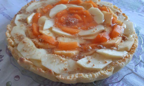 Crostata con frolla all'olio con mele, pesche e albicocche