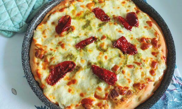 Pizza al pesto, mozzarella e pomodorini