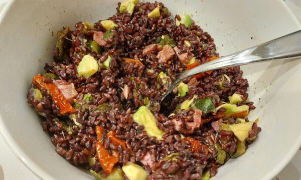 Insalata di riso venere con speck, zucchine, avocado e pomodorini secchi