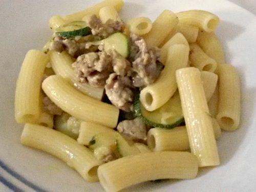 Maccheroncini con zucchine e salsiccia