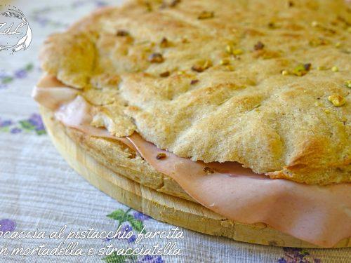 Focaccia al pistacchio farcita con mortadella e stracciatella