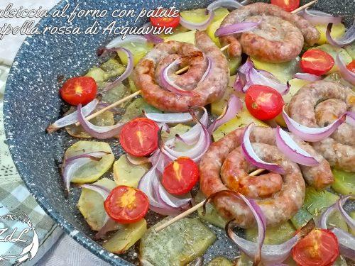Salsiccia al forno con patate e cipolla rossa di Acquaviva