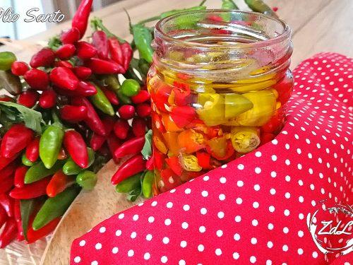 Olio Santo con peperoncini freschi o secchi