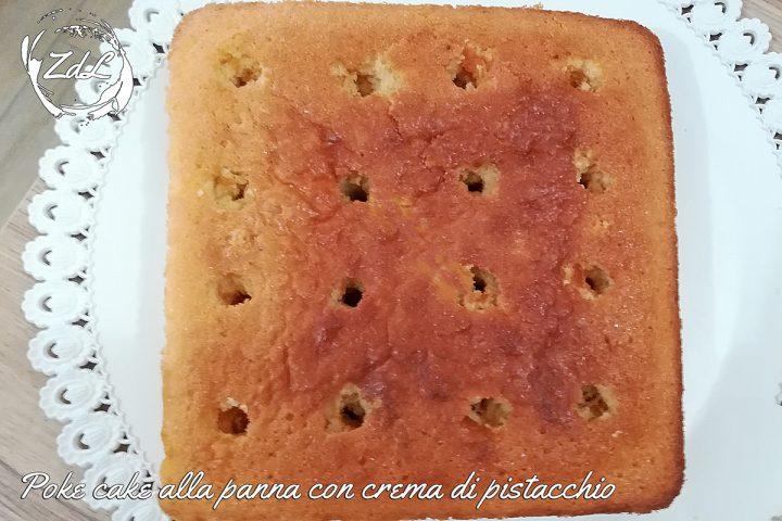 Poke cake alla panna con crema di pistacchio
