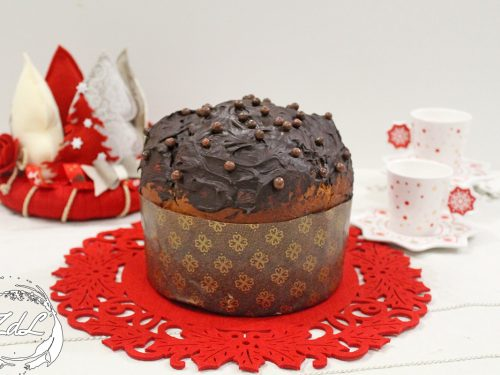 Panettone con frutti rossi e cioccolato fondente