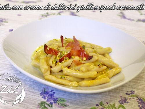 Pasta con crema di datterini gialli e speck croccante