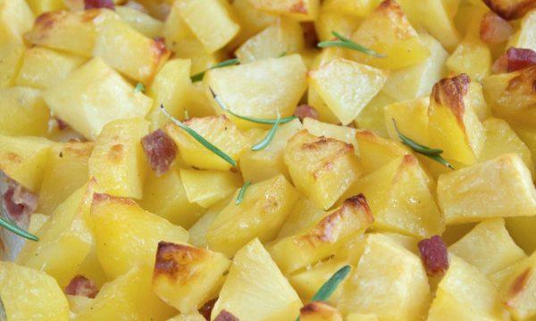 Patate al forno con cubetti di pancetta affumicata