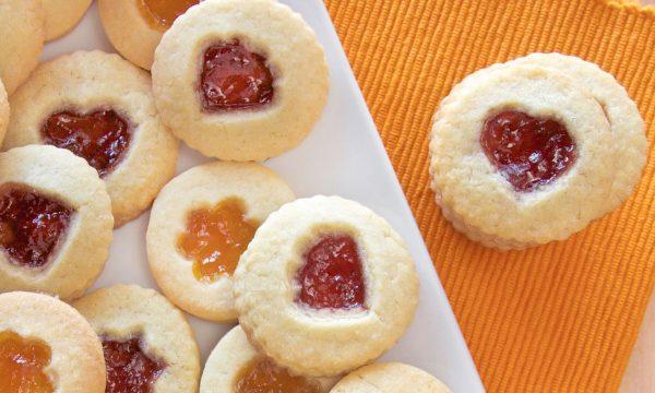 Biscotti con confettura di albicocche e fragole