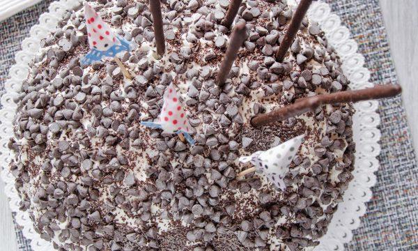 Torta con panna e gocce di cioccolato fondente