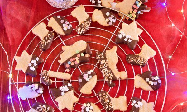 Biscotti natalizi decorati con cioccolato fondente