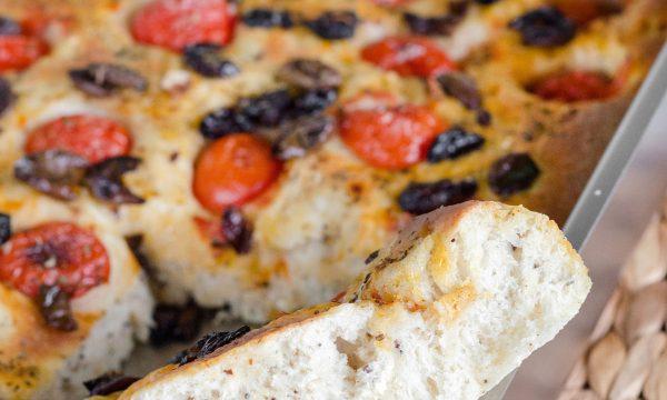 Focaccia morbida con olive e pomodorini