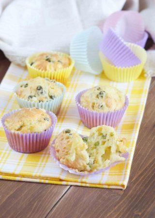 Muffin salati con formaggio e piselli freschi