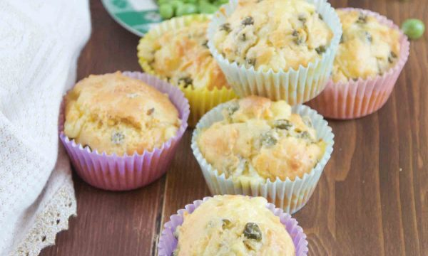 Muffin salati con formaggio e piselli