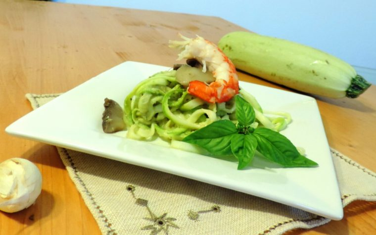 Spaghetti di zucchine con gamberi funghi e pesto di zucchine