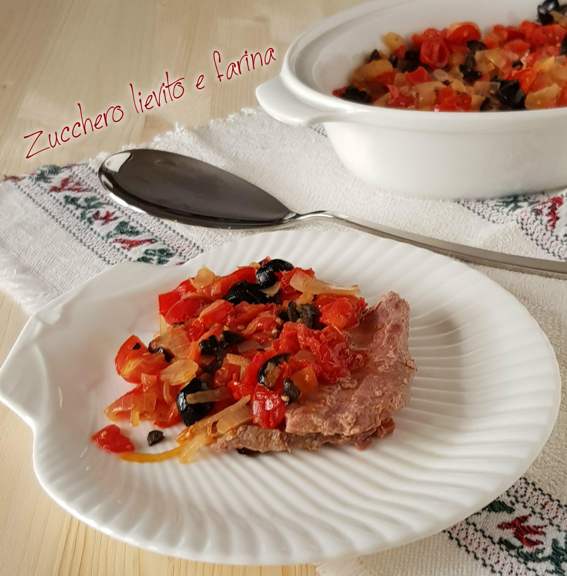Tonno grigliato con cipolle pomodorini e olive