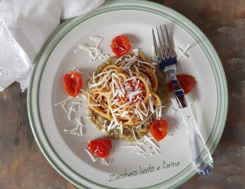 Spaghetti integrali con crema di melanzane, pomodorini e ricotta salata
