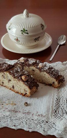 Ciambella romagnola con gocce di cioccolato e glassa alle nocciole