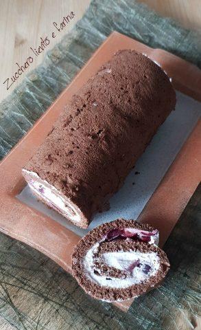 Rotolo al cioccolato con panna e ciliegie