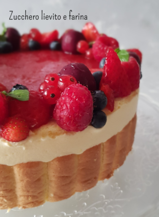 Torta moderna con crema al mascarpone e gelée di frutti rossi